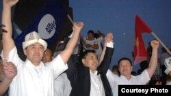 """""""Ата-Журттун"""" абактан бошогон үч депутаты Ошто, 23-июнь, 2013."""