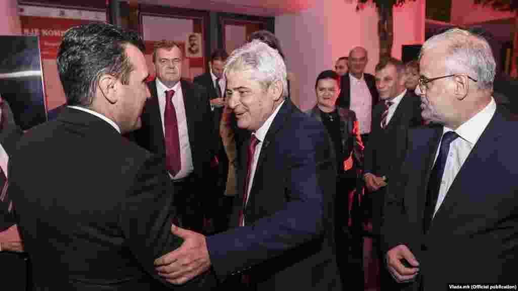 МАКЕДОНИЈА - Премиерот Зоран Заев најави дека ќе одржи средба со претседателот на Собранието, Талат Џафери, како и со лидерот на ДУИ Али Ахмети, за да разгледаат како да се одблокира работата на Собранието. Тој рече оти се надева дека блокадата на Парламентот е од времен карактер поради позитивни пратеници на Ковид-19, по чие враќање ќе се стави во функција Собранието за поголем дел од точките на дневен ред и поважните закони.