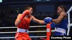 Поединок между казахстанским боксером Мереем Акшаловым (слева) и кубинцем Ясниером Толедо. Алматы, 26 октября 2013 года.