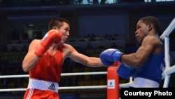 Казахстанец Мерей Акшалов (слева) в финальной встрече с кубинцем Ясниером Толедо на чемпионате мира 2013 года. Алматы, октябрь 2013 года.