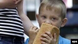 Хлопчик їсть хліб, який безкоштовно роздає «ДНР» в Донецьку, 3 червня 2015 року