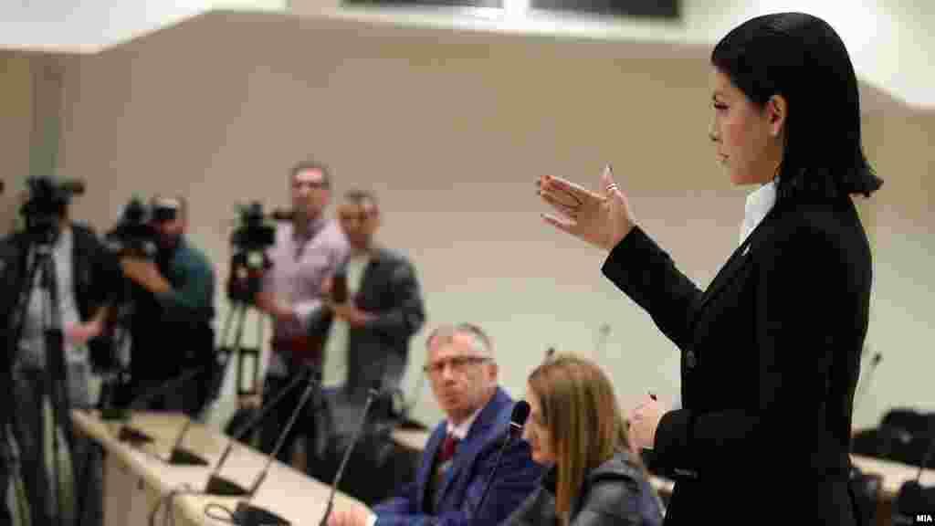 МАКЕДОНИЈА - Обвинителката на СЈО Фатиме Фетаи на почетокот на рочиштето за предметот Насилство во Центар побара приведување на поранешниот премиер Никола Груевски поради неговото доцнење на судењето, но по излагањето на неговиот адвокат Димитар Дангов, со задоцнување од 15 минути, Груевски влезе во судницата.