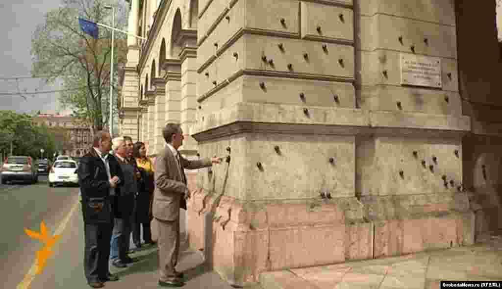 Металлические шарики на стене этого дома в центре Будапешта создают эффект следов обстрела. Это память о событиях 1956 года