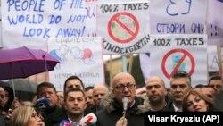 Goran Rakiq, kryetar i Listës Serbe, në një nga protestat në veri të Mitrovicës kundër taksës 100 % ndaj mallrave me origjinë nga Serbia dhe Bosnja.