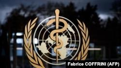 На знімку, зробленому 9 березня 2020 року, зображена емблема Всесвітньої організації охорони здоров'я (ВООЗ). Штаб-квартира ВООЗ у Женеві