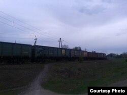 Потяг з вугіллям, який тягне локомотив