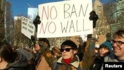 Sa protesta u SAD-u protiv zatvaranja granice i građenja zida prema Meksiku