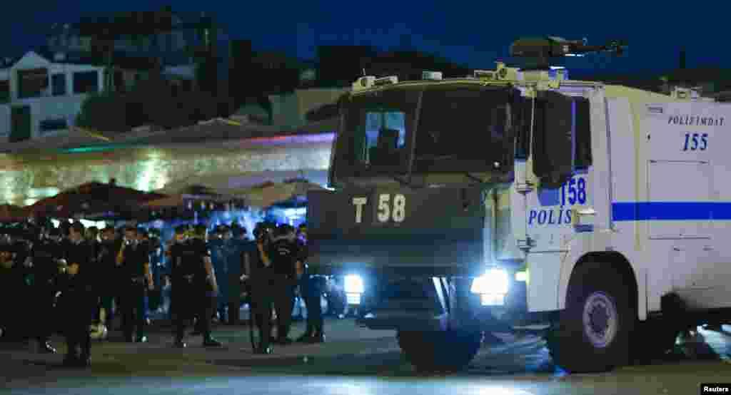 Истанбулның Таксим мәйданы янында полиция машиналары