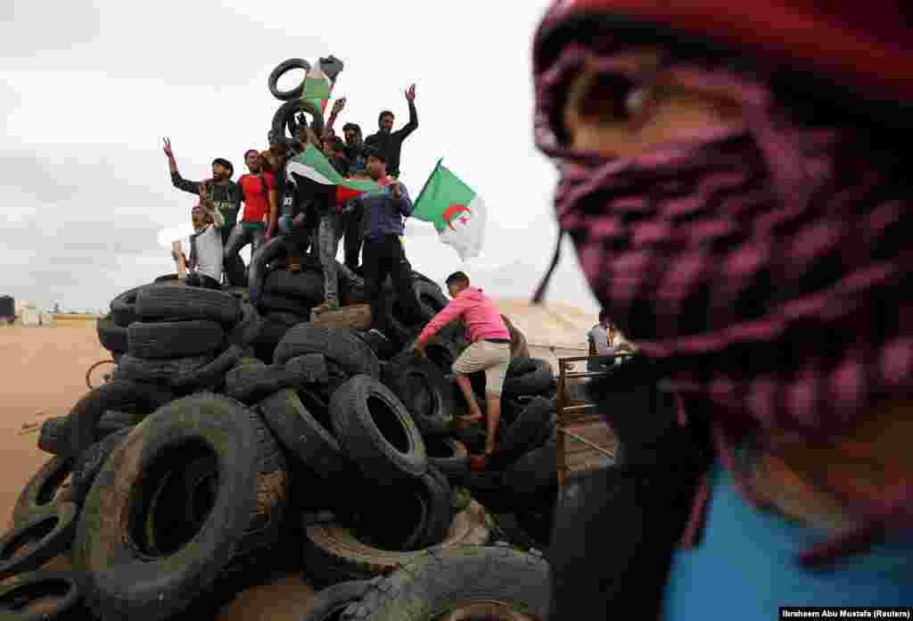 ИЗРАЕЛ / ПАЛЕСТИНА - Тројца Палестинци биле убиени од израелски војници во два инцидента на границата меѓу Појасот Газа и Израел. Со тоа бројот на Палестинците убиени од 30 март, кога почнаа нивните масовни протести по должината на границата се зголеми на 48.
