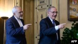 محمد جواد ظریف (چپ) وزیر خارجه ایران در لیسبون و در جریان کنفرانس خبری مشترک با وزیر خارجه پرتغال
