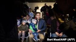 Сирийцы перед началом пресс-конференции с послом России в Нидерландах 26 апреля 2018