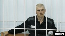 Russia -- Platon Lebedev, jailed business partner of Russian ex-tycoon Mikhail Khodorkovsky, looks out from the defendant's box during a court hearing to consider a request for parole in Velsk in Arkhangelsk Region, 27Jul2011