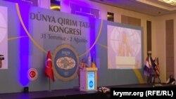 Мустафа Джемилев выступает на Всемирном конгрессе крымских татар (Анкара, 1 августа 2015 года)