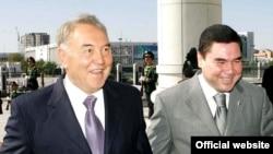 Президенты Казахстана Нурсултан Назарбаев (слева) и Туркменистана - Гурбангулы Бердымухамедов. Ашгабат, 11 сентября 2007 года.