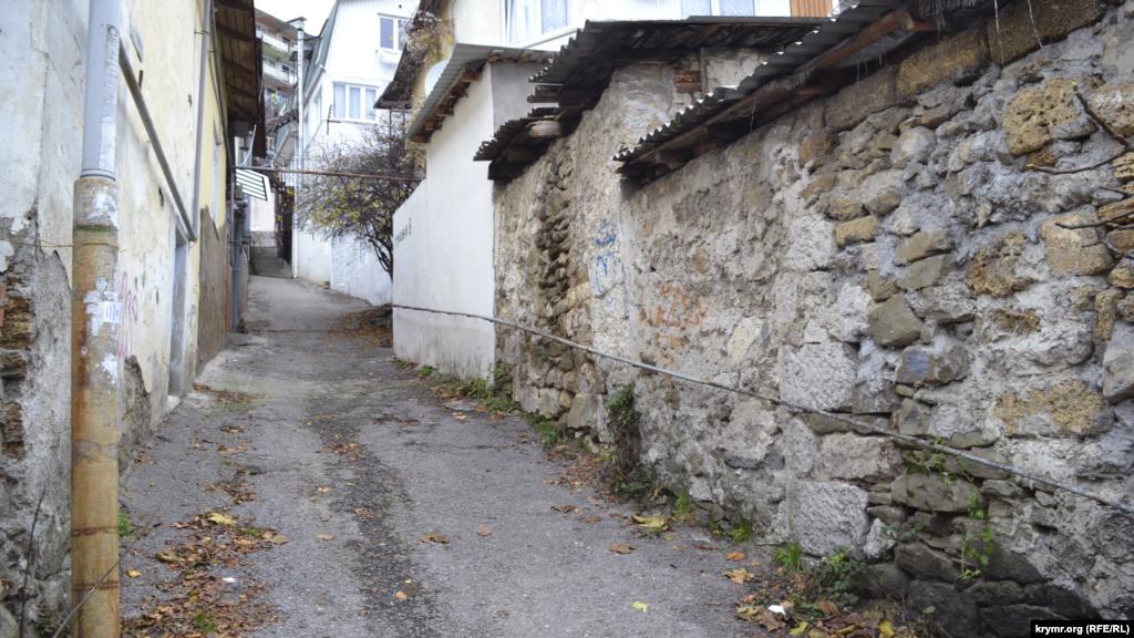 Улица Трудовая поднимается вверх по крутому холму и упирается в спальный район малосемейных домов, который был построен в конце 60-х годов прошлого века