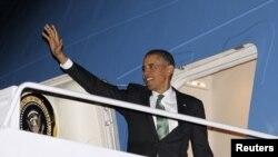 Президент США Барак Обама поднимается на борт самолета, вылетающего с базы Эндрюс недалеко от Вашингтона. Иллюстративное фото.