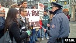 Казахские беженцы-салафиты проводят митинг протеста. Прага, 7 февраля 2009 года.