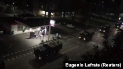 Италија-војни камиони на улиците на Бергамо за кои локалните медиуми пишуваат дека ги носат ковчезите на починатите од коронавирусот