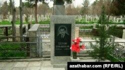 Могила туркменского писателя Керима Гурбаннепесова на кладбище в Ашгабате.