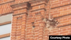 Выбоина от китайского снаряда на здании в Благовещенске
