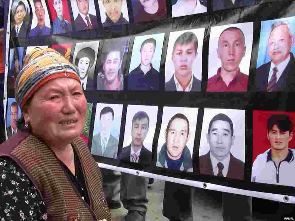 Родственники погибших во время апрельских событий 2010 года в Бишкеке.