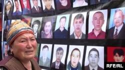"""""""Мекен шейиттери"""" кыймылынын Жогорку Кеңеш алдындагы акциясы, 26-май, 2010-жыл."""
