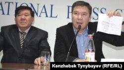 «Руханият» партиясының рухани жетекшісі Мұхтар Шаханов (сол жақта) пен партия төрағасы Серікжан Мәмбеталин баспасөз мәслихатында. Алматы, 28 желтоқсан 2011 ж.
