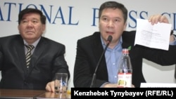 """Духовный руководитель партии """"Руханият"""" Мухтар Шаханов (слева) и председатель партии Серикжан Мамбеталин (справа)"""