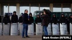 Журналист российского телеканала у здания областной госадминистрации в Донецке