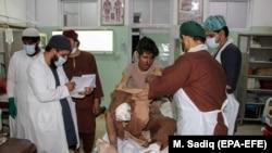 فردیکه در انفجار ماین کنار جاده در ولایت کندهار زخمی شده جهت تداوی به شفاخانه منتقل شده است. ۰۱ سرطان ۱۴۰۰