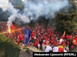 Прапор НАТО, до якого не так давно вступила Чорногорія під керівництвом «Демократичної партії соціалістів», в одного з учасників мітингу