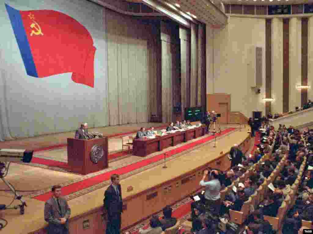 Президент Росії Борис Єльцин виступає на позачерговому засіданні Верховної Ради СРСР, 21 серпня 1991 року.