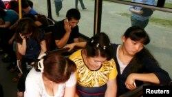 Задержанные трудовые мигранты в полицейском автобусе. Красноярск, 7 августа 2013 года.