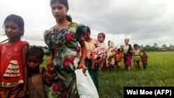 فرار زنان و کودکان اقلیت روهینگیا پس از تشدید درگیریهای خشونتآمیز در میانمار.