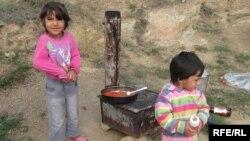 Архивска фотографија: Деца во руралната ромска населба Три Багреми во Прилеп.