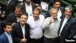 برخی نمایندگان مجلس برای تبریک انتخاب پزشکیان به نایب رئیسی مجلس دور او حلقه زدند.