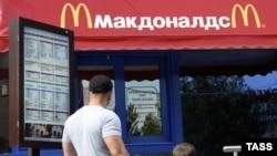 """Жители Волгограда у закрытого ресторана быстрого питания """"Макдоналдс"""""""