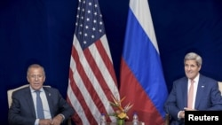 Ռուսաստանի արտգործնախարար Սերգեյ Լավրովը և ԱՄՆ պետքարտուղար Ջոն Քերրին բանակցություններից առաջ, Կուալա Լումպուր, 5 օգոստոսի, 2015թ.