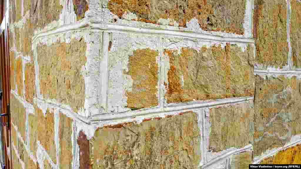 Стіни складені з тесаного і бутового каменю-пісковика неправильної форми, але рівною зовнішньою поверхнею