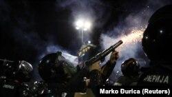Policija ispaljuje suzavac na demonstrante u Beogradu, 10. jul