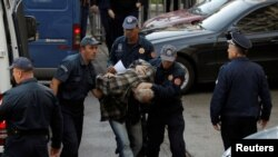 Policija priovodi osumnjičenog za učešće u pokušaju državnog udara 16. oktobra 2016.
