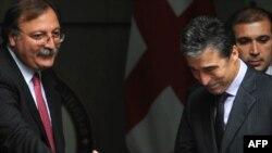 Վրաստանի արտգործնախարար Գրիգոլ Վաշաձե (ձախից) եւ ՆԱՏՕ-ի գլխավոր քարտուղար Անդերս Ֆոգ Ռասմուսեն, Թբիլիսի, 1-ը հոկտեմբերի, 2010թ.