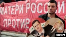 یکی از حامیان اسد و پوتین در تظاهراتی مقابل سفارت آمریکا در مسکو، سپتامبر ۲۰۱۳