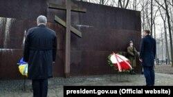 Президент Украины Петр Порошенко и президент Польши Анджей Дуда возлагают венки к памятнику полякам, убитым НКВД в 1940 году под Харьковом