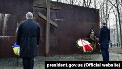 Президент Украины Петр Порошенко и президент Польши Анджей Дуда возлагают венки к памятнику полякам, убитым НКВД в 1940 году под Харьковом. 13 декабря 2017 года.
