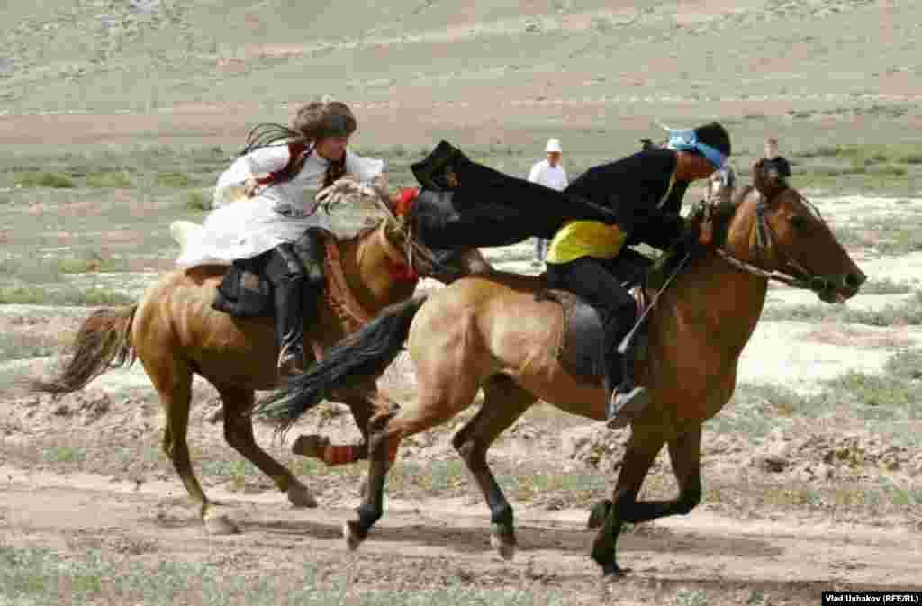 بیشکک، پایتخت قرقیزستان - بازیهای ملی اسبسواری. ۹ نوامبر ۲۰۱۱.