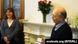 Караліна Мацкевіч і Арнольд Макмілан віншуюць Джыма Дынглі з 70-годзьдзем