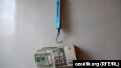 100 долларов равны около полукилограмма узбекских сум, иллюстрационное фото