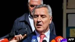 Премьер Мило Джуканович выступает перед журналистами, Подгорица, 16 октября 2016 года