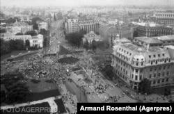 Imagine de pe Intercontinental cu manifestanții din Piața Universității